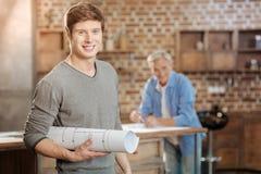 Jeune ingénieur posant avec un modèle de finition Photographie stock libre de droits