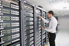 Jeune ingénieur dans la pièce de serveur de datacenter Photos stock
