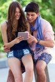 Jeune Internet heureux de lecture rapide de couples avec le comprimé numérique dans Photographie stock