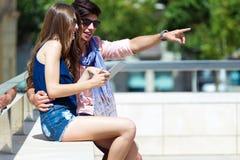 Jeune Internet heureux de lecture rapide de couples avec le comprimé numérique dans Image stock