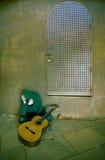 Jeune interprète de souffrance de guitare Image libre de droits