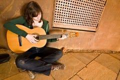 Jeune interprète de guitare Photo libre de droits