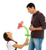 Jeune isolat de valentine de fleur de ballon de cadeau de couples Photo libre de droits