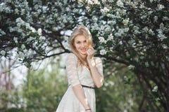 Jeune jardin appréciant blond gai de pomme de fleur Ressort de floraison, amour, concept de bonheur Photographie stock