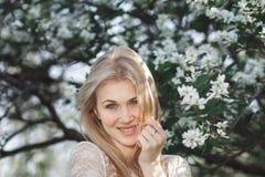 Jeune jardin appréciant blond gai de pomme de fleur Ressort de floraison, amour, concept de bonheur Images libres de droits