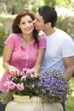 Jeune jardinage de couples Photographie stock libre de droits