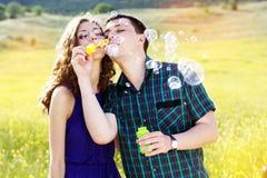 Jeune jeu de couples ainsi que le ventilateur de bulle Photos stock