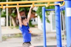 Jeune jeu de garçon avec la barre jaune Photographie stock libre de droits