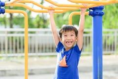Jeune jeu de garçon avec la barre jaune Image stock