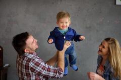 Jeune jeu de parents avec le petit fils Photo stock