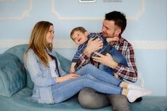 Jeune jeu de parents avec le petit fils Photo libre de droits