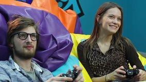 Jeune jeu vidéo jouant masculin femelle, habitude de jeu, gaspillage de temps banque de vidéos