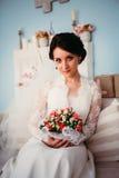 Jeune jeune mariée élégante dans la robe de mariage, tir de studio Photos libres de droits