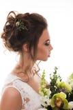 Jeune jeune mariée attirante avec le bouquet des fleurs Image libre de droits