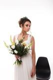 Jeune jeune mariée attirante avec le bouquet des fleurs Photographie stock
