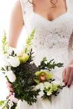Jeune jeune mariée attirante avec le bouquet des fleurs Image stock