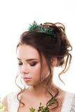 Jeune jeune mariée attirante avec le bouquet des fleurs Photo stock