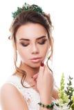Jeune jeune mariée attirante avec le bouquet des fleurs Photo libre de droits
