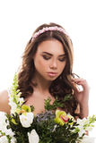 Jeune jeune mariée attirante avec le bouquet des fleurs Photos libres de droits