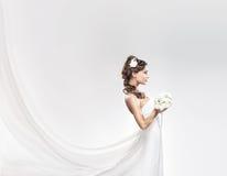 Jeune jeune mariée attirante avec le bouquet des roses blanches Photos stock