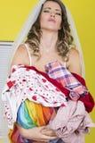 Jeune jeune mariée attirante pour porter la blanchisserie sale frustrée image libre de droits