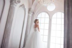 Jeune jeune mariée avec du charme dans la robe de mariage luxueuse Jolie fille, le studio de photo Photographie stock libre de droits