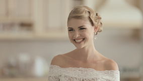 Jeune jeune mariée dans des rires de robe de mariage de dentelle banque de vidéos