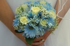 Jeune jeune mariée dans la robe de mariage, bouquet de participation dans des mains Photo stock