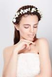 Jeune jeune mariée dans la robe de mariage, tir de studio Image libre de droits