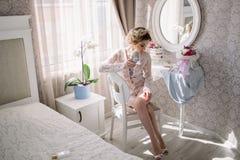Jeune jeune mariée dans un boudoir luxueux photos stock