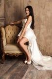 Jeune jeune mariée dans une belle robe blanche Photographie stock libre de droits