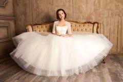 Jeune jeune mariée dans une belle robe blanche Photographie stock