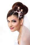 Jeune jeune mariée de beauté avec le beaux maquillage et coiffure dans le voile Photo stock