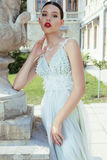 Jeune jeune mariée magnifique avec les cheveux foncés dans la robe de mariage élégante photos libres de droits