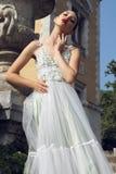 Jeune jeune mariée magnifique avec les cheveux foncés dans la robe de mariage élégante images stock