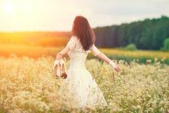 Jeune jeune mariée marchant sur le pré de fleur Image libre de droits