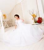 Jeune jeune mariée romantique dans l'intérieur dans le style d'automne image libre de droits
