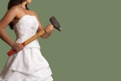Jeune jeune mariée sûre avec un marteau de forgeron Image libre de droits