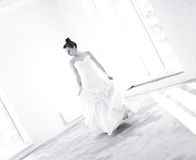 Jeune jeune mariée sur la danse vide de pièce Images stock