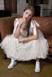 Jeune jeune mariée sur les chaussures de tennis de port de divan Images stock