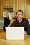 Jeune joie d'Internet de couples Image stock