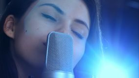 Jeune joli chant de femme Image stock
