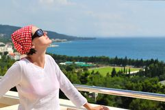 Jeune joli femme appréciant le soleil photos stock