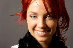 Jeune joli femme au-dessus de gris Images libres de droits