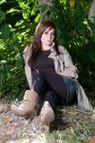 Jeune joli femme au stationnement d'automne. photo stock