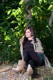 Jeune joli femme au stationnement d'automne. photographie stock