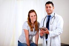 Jeune joli femme avec son médecin Photographie stock libre de droits