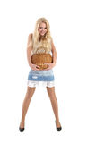 Jeune joli femme avec un panier wattled dans des mains Photo stock