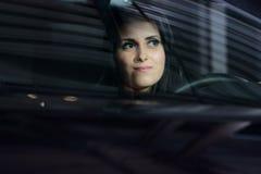 Jeune joli femme conduisant le véhicule Photos stock