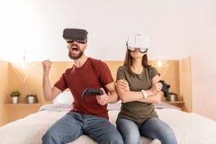 Jeune joli jeu de finissage de couples en verres de VR Photographie stock